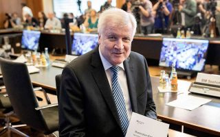 O Γερμανός υπουργός Εσωτερικών Χορστ Ζεεχόφερ παρουσιάζει το μάστερ πλαν του για τη μετανάστευση, στο υπουργείο του στο Βερολίνο.