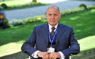 Ο ευρωσκεπτικιστής υπουργός Ευρωπαϊκών Υποθέσεων Πάολο Σαβόνα θεωρεί ότι η είσοδος της Ιταλίας στην Ευρωζώνη ήταν «ιστορικό λάθος».