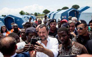 Ο Ιταλός υπουργός Εσωτερικών Ματέο Σαλβίνι βγάζει σέλφι με μετανάστες στη διάρκεια επίσκεψής του σε καταυλισμό στην Καλαβρία.