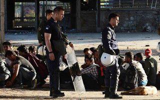 Μετά την επιχείρηση εκκένωσης των άτυπων καταυλισμών, η αστυνομία απομακρύνει όσους επιχειρούν να τους ξαναστήσουν.