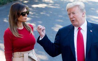 Παρουσία της συζύγου του Μελάνια, ο Ντόναλντ Τραμπ κάνει δηλώσεις σε δημοσιογράφους, στους κήπους του Λευκού Οίκου, προτού το προεδρικό ζεύγος αναχωρήσει για την Ευρώπη.
