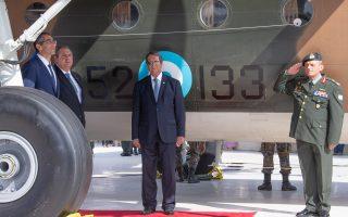 Ο πρόεδρος Αναστασιάδης , ο ΥΠΕΘΑ, Π. Καμμένος, ο Κύπριος υπουργός Άμυνας, Σάββας Αγγελίδης, και ο αρχηγός ΓΕΕΦ αντιστράτηγος, Ηλίας Λεοντάρης, μπροστά από το Noratlas της Ελληνικής Πολεμικής Αεροπορίας, που τοποθετήθηκε στον Τύμβο Μακεδονίτισσας.