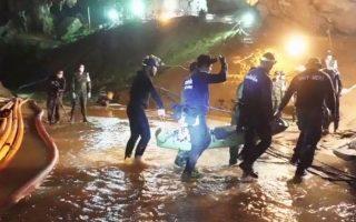 Τα παιδιά, τα οποία βγήκαν από το σπήλαιο πάνω σε φορεία, διακομίστηκαν στο νοσοκομείο του Τσιανγκ Pάι, όπου νοσηλεύονται σε καραντίνα.