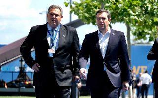 Ο Ελληνας πρωθυπουργός Αλέξης Τσίπρας με τον υπουργό Εθνικής Αμυνας Πάνο Καμμένο, προσερχόμενοι στη σύνοδο κορυφής.