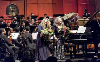 Η πιανίστα Μάρτα Αργκεριχ και η Θεοδοσία Ντόκου στο κοντσέρτο του Πουλένκ.