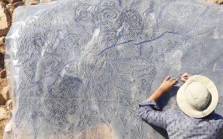 Η αποτύπωση από τους αρχαιολόγους γίνεται στην ανατολή ή στη δύση του ηλίου, όταν το φως πέφτει πλάγια στα πολύ ρηχά αυτά μοτίβα. Οι εντυπωσιακές βραχογραφίες που χρονολογούνται στην 3η χιλιετία π.Χ., μαζί με άλλα ευρήματα από την αρχαιολογική έρευνα στο Βαθύ της Αστυπάλαιας, αποτελούν το θέμα επιστημονικής ημερίδας.