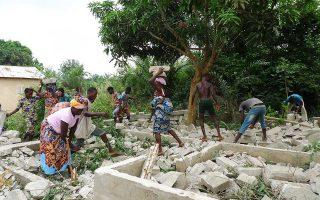 Η Μαρίνα Γούσια και ο Τζιάνι Μπερτοντσέλο βοήθησαν στην ανέγερση ενός νηπιαγωγείου σε ένα χωριό σε μικρή απόσταση από τις αφρικανικές ακτές.