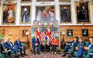 Πορτρέτα θρυλικών μορφών της βρετανικής πολιτικής ιστορίας, κειμήλια απογόνων του Ολιβερ Κρόμγουελ, πλαισιώνουν την Τερέζα Μέι, τον Ντόναλντ Τραμπ και συνεργάτες τους, κατά τη χθεσινή συνάντησή τους στην εξοχική πρωθυπουργική κατοικία, στο Τσέκερς. Η επιβλητική έπαυλη βρίσκεται 65 χιλιόμετρα μακριά από το κέντρο του Λονδίνου, όπου την ίδια ώρα βρίσκονταν σε εξέλιξη μεγάλες διαδηλώσεις.
