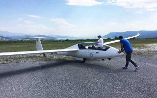 Το ανεμόπτερο προετοιμάζεται για την πτήση.