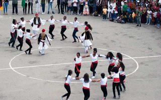 Ακολουθούν το πρόγραμμα του υπ. Παιδείας, γιορτάζουν στις εθνικές μας επετείους, αλλά δεν μπορούν να ταξιδέψουν και να σπουδάσουν στην Ελλάδα. (Φωτό: Φώτης Πάλλης)