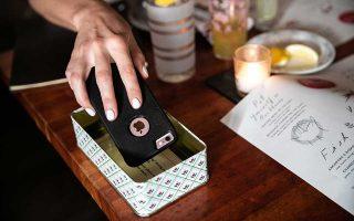 Θαμώνας του Hearth στη Νέα Υόρκη τοποθετεί το κινητό τηλέφωνό του στην ειδική θήκη λίγο πριν ξεκινήσει το δείπνο.
