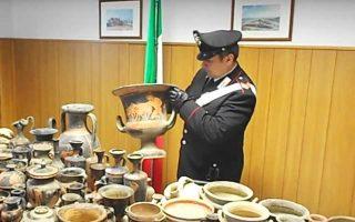Λίγες εβδομάδες μετά τη μεγάλη ιταλική αστυνομική επιχείρηση «Demetra», που οδήγησε στη σύλληψη 23 ατόμων και στην κατάσχεση 25.000 παράνομων αρχαιο-τήτων, κλιμάκιο των καραμπινιέρων αναμένεται να συναντήσει στην Αθήνα ομολόγους του στο Τμήμα Προστασίας Πολιτιστικής Κληρονομιάς, καθώς και στελέχη του αρχηγείου της Ελληνικής Αστυνομίας, προκειμένου να συζητήσουν την εξαγωγή τεχνογνωσίας στην αντιμετώπιση της αρχαιοκαπηλίας. Δύο χώρες με μεγάλη πολιτιστική κληρονομιά θα ανταλλάξουν εμπειρίες.