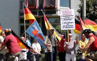 Δράση της AfD κατά της Αγκελα Μέρκελ έξω από γηροκομείο στο Πάντερμπορν.