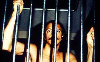 Ανδρας που έλαβε μέρος στο πείραμα φυλάκισης του Στάνφορντ απεικονίζεται σε αυτήν τη φωτογραφία του 1971.