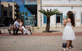 Οι Ντάνιελ Ιλιαέβ και Νόαμ Ναόρ από το Ισραήλ κάθονται έξω από το κτίριο του γραφείου γάμων στη Λάρνακα. Εκατοντάδες Ισραηλινοί και Λιβανέζοι επιλέγουν να παντρευτούν στην Κύπρο.