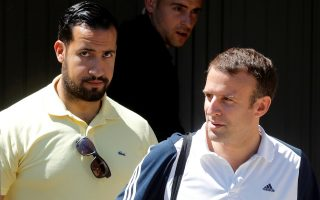 Ο Γάλλος πρόεδρος, Εμανουέλ Μακρόν, συνοδεία του Αλεξάντρ Μπεναλά, σε εξόρμησή του από το σπίτι του για να παίξει τένις, τον Ιούνιο του 2017.