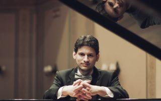 Ο διακεκριμένος πιανίστας Κωνσταντίνος Δεστούνης (φωτ.), η βιολιονίστα Ολγα Χόλντορφ - Μυριαγκού και η τσελίστα Μαρία Ανισέγκου θα παρουσιάσουν τη συναυλία μουσικής δωματίου «Old Photographs».