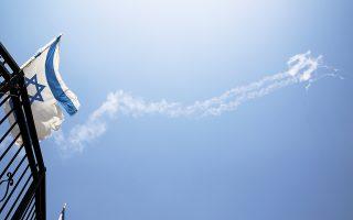 Τα ίχνη των δύο πυραύλων Πάτριοτ, με τους οποίους κατερρίφθη την περασμένη Τρίτη το συριακό Sukhoi.
