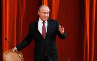 Ο Βλαντιμίρ Πούτιν προσέρχεται στη χθεσινή συνάντησή του με τους πρεσβευτές της Ρωσικής Ομοσπονδίας στο εξωτερικό.