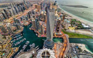 Τα τελευταία είκοσι χρόνια το Ντουμπάι γνώρισε σημαντική άνθηση, επειδή αναδείχθηκε σε διεθνή πόλο έλξης επενδυτών και κεφαλαίων απ' όλο τον κόσμο, παρά τα κατά καιρούς προβλήματα. Πριν από εννέα χρόνια, για παράδειγμα, το εμιράτο βρέθηκε στο χείλος της χρεοκοπίας.