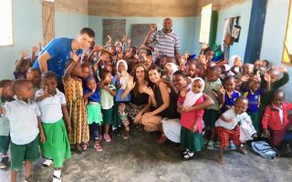 Ολο και περισσότεροι Ελληνες νέοι ταξιδεύουν για εθελοντική εργασία στην Αφρική. Τρεις φοιτητές διηγούνται την εμπειρία τους από σχολείο στην Τανζανία, όπου διδάσκουν σε παιδιά μιας μικρής κοινότητας αγγλικά και αριθμητική και κάνουν ό,τι περνάει από το χέρι τους για να βελτιώσουν τις δύσκολες συνθήκες που επικρατούν στην αίθουσα.