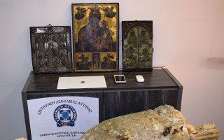 Τρεις θρησκευτικές εικόνες, ένα ασημένιο νόμισμα, ένας ακέραιος αμφορέας, καθώς κι ένα αναθηματικό ανάγλυφο τα «λάφυρα» των κατηγορουμένων.