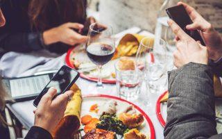 Εστιατόρια στην Αμερική έχουν απαγορεύσει εντελώς τα κινητά τηλέφωνα. Αν υπήρχαν αντίστοιχα στην Αθήνα, και είχαν τίμια και συμπαθητική κουζίνα, θα γινόμουν τακτική πελάτισσα.