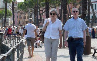 Η Τερέζα Μέι και ο σύζυγός της Φίλιπ στις διακοπές τους, στην Ιταλία, παίρνουν βαθιές «ανάσες» για τη δύσκολη συνέχεια.