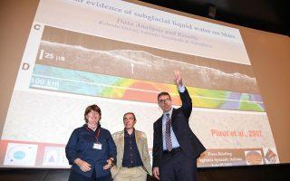 Οι Ιταλοί αστροφυσικοί Ελενα Πετινέλι, Ενρίκο Φλαμίνι και Ρομπέρτο Οροσεϊ ανακοινώνουν, από το αρχηγείο της Ιταλικής Διαστημικής Υπηρεσίας στη Ρώμη, τον εντοπισμό μιας λίμνης ρευστού ύδατος, διαμέτρου είκοσι χιλιομέτρων, η οποία βρέθηκε κάτω από σκόνη και πάγο κοντά στον νότιο πόλο του Αρη. Η ύπαρξη ύδατος καθιστά πιθανότερο τον εντοπισμό κάποιας μορφής ζωής.