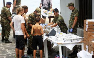 Ανδρες των Ενόπλων Δυνάμεων προσφέρουν από την πρώτη στιγμή βοήθεια στους πληγέντες από την πυρκαγιά στην Ανατολική Αττική.