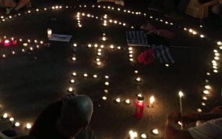 syntagma-dekades-polites-me-keraki-sta-cheria-sti-mnimi-ton-thymaton-tis-pyrkagias0