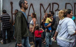 Η ραγδαία μείωση των εσόδων της Βενεζουέλας προκάλεσε τεράστια δημοσιονομικά προβλήματα, όπως υπερχρέωση και ύφεση.