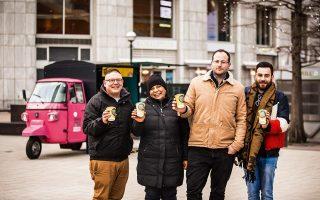 Ο Τζαμάλ Εζάλ (αριστερά) πίνει καφέ στην υγειά των συνανθρώπων του που κατάφερε να σώσει από τον δρόμο.