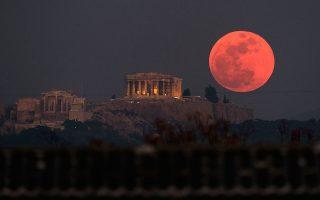 Πανσέληνος πάνω από την Ακρόπολη. Η προχθεσινή σεληνιακή έκλειψη ήταν η μεγαλύτερη σε διάρκεια μέσα σε ολόκληρο τον 21ο αιώνα.