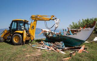 Ενα ακόμη παραδοσιακό καΐκι καταστρέφεται. (Φωτογραφίες: Αλεξία Τσαγκάρη)