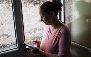 Η Γιώτα Τουρλή με τη φωτογραφία της βιολογικής της μητέρας, την οποία ανακάλυψε με τη βοήθεια του DNA. (Φωτογραφία: Αλεξία Τσαγκάρη)