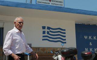 Ο Άκης Τσοχατζόπουλος, βγαίνει από τις φυλακές Κορυδαλλού, την Τρίτη 3 Ιουλίου 2018.  Αποφυλακίστηκε ο πρώην υπουργός Άκης Τσοχατζόπουλος, με απόφαση του Πενταμελούς Εφετείου. Το δικαστήριο έκανε δεκτή την αίτηση αναστολής εκτέλεσης της ποινής του πρώην υπουργού, διατάσσοντας την έξοδό του από τις φυλακές μέχρι τη συζήτηση της αίτησης αναίρεσης που έχει καταθέσει κατά της καταδικαστικής απόφασης σε βάρος του, ενώπιον του Αρείου Πάγου. Η προσφυγή για αποφυλάκιση του κ. Τσοχατζόπουλου στηρίζεται, κυρίως, όπως τόνισαν στη σημερινή διαδικασία οι συνήγοροί του, Ι. Παγορόπουλος και Ι. Νικολάου, στα σοβαρά προβλήματα υγείας που αντιμετωπίζει ο εντολέας τους. Ο κ. Τσοχατζόπουλος καταδικάστηκε σε δεύτερο βαθμό τον περασμένο Οκτώβριο για την υπόθεση της αγοράς των υποβρυχίων και των TOR M1 και του επιβλήθηκε ποινή κάθειρξης 19 ετών. Το Πενταμελές Εφετείο Κακουργημάτων μείωσε μόλις κατά ένα έτος την ποινή που του είχε επιβληθεί σε πρώτο βαθμό για την υπόθεση. ΑΠΕ-ΜΠΕ/ΑΠΕ-ΜΠΕ/ΠΑΝΤΕΛΗΣ ΣΑΪΤΑΣ