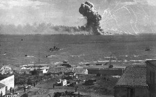 Ένα αμερικανικό φορτηγό πλοίο, γεμάτο με πυρομαχικά και πολεμοφόδια, εκρήγνυται στα ανοιχτά των νότιων ακτών της Σικελίας, αφού χτυπήθηκε από ένα γερμανικό αεροπλάνο κατά τη διάρκεια της συμμαχικής εισβολής στη Σικελία, το 1943. (AP Photo)