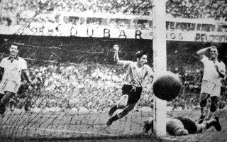 Ο ποδοσφαιριστής της Ουρουγουάης, Ghiggia, σκοράρει εναντίον της Βραζιλίας κατά τη διάρκεια του τελικού του Παγκοσμίου Κυπέλλου Ποδοσφαίρου, στο στάδιο Μαρακανά, στο Ρίο ντε Τζανέιρο, το 1950. Η Ουρουγάη αναδείχθηκε παγκόσμια πρωταθλήτρια για δεύτερη φορά στην ιστορία της, επικρατώντας των «σελεσάο» με 2-1. Ωστόσο, ο συγκεκριμένος αγώνας έμεινε στην ιστορία για τους σχεδόν 200.000 θεατές που κατέκλυσαν το στάδιο Μαρακανά (αριθμός ρεκόρ για ποδοσφαιρικό αγώνα), οι οποίοι βίωσαν από κοντά την ίσως πιο «μαύρη» μέρα στην ιστορία του βραζιλιάνικου ποδοσφαίρου. (AP Photo)