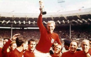 Σηκωμένος στους ώμους των συμπαικτών του, ο σπουδαίος Άγγλος ποδοσφαιριστής και αρχηγός της εθνικής ομάδας της Αγγλίας, Μπόμπι Μουρ, σηκώνει στον αέρα το τρόπαιο του Παγκοσμίου Κυπέλλου, στο στάδιο Γουέμπλεϊ του Λονδίνου, το 1966. Η Αγγλία επικράτησε με 4-2 επί της Γερμανίας στον τελικό της κορυφαίας ποδοσφαιρικής διοργάνωσης, κατακτώντας το μοναδικό Μουντιάλ της ιστορίας της. (AP Photo)