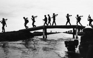 Στρατιώτες του στρατού του Νοτίου Βιετνάμ διασχίζουν μία γέφυρα σε μία περιοχή περισσοτέρων των 100 χιλιομέτρων νοτιοανατολικά της Σαϊγκόν, επιστρέφοντας στη βάση τους μετά από περιπολία, το 1968. (AP Photo)