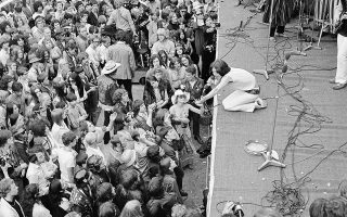 Ο ηγέτης των Ρόλινγκ Στόουνς, Μικ Τζάγκερ, πλησιάζει το κοινό, ενώ τραγουδάει, κατά τη διάρκεια συναυλίας του συγκροτήματος, στο Χάιντ Παρκ του Λονδίνου, το 1969. Η συναυλία, η οποία έμεινε γνωστή ως «The Stones in the Park», υπήρξε η πρώτη του λονδρέζικου συγκροτήματος μετά από διάστημα δύο ετών και έλαβε χώρα μπροστά σε ένα κοινό 250-500.000 ατόμων. Μαζί με τους Στόουνς εμφανίστηκαν, μεταξύ άλλων, οι King Crimson, οι Family και οι Third Ear Band. (AP Photo/Peter Kemp)