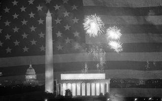 Η νύχτα γίνεται μέρα πάνω από το Καπιτώλιο, το Μνημείο του Ουάσιγκτον και το Μνημείο του Λίνκολν, καθώς πυροτεχνήματα φωτίζουν τον ουρανό της πρωτεύουσας των Ηνωμένων Πολιτειών, την ημέρα της 200ης επετείου της Ημέρας Ανεξαρτησίας, το 1976. (AP Photo/Charles Tasnadi)