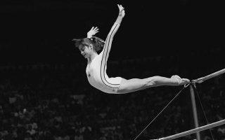 Σε ηλικία μόλις 14 ετών, η θρυλική αθλήτρια της ενόργανης γυμναστικής, Νάντια Κομανέτσι, βραβεύεται με το «τέλειο» 10 στο αγώνισμα των ασύμμετρων ζυγών, πραγματοποιώντας ένα σπουδαίο επίτευγμα, καθώς γίνεται η πρώτη αθλήτρια που πετυχαίνει κάτι τέτοιο, στους Ολυμπιακούς Αγώνες του Μοντρεάλ, το 1976. (AP Photo/Paul Vathis)