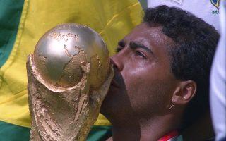Ο Βραζιλιάνος άσος Ρομάριο ντε Σόουζα Φαρία φιλάει το τρόπαιο του Παγκοσμίου Κυπέλλου κατά τη διάρκεια των πανηγυρισμών των παικτών της Εθνικής Βραζιλίας, μετά τη νίκη τους εναντίον της Ιταλίας με 3-2 στη διαδικασία των πέναλτι, στον τελικό του Μουντιάλ του 1994, στο στάδιο Rose Bowl, στην Πασαντένα της Καλιφόρνιας. (AP Photo/Dennis Paquin)