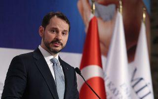 Ο υπουργός Οικονομικών Μπεράτ Αλμπαϊράκ επιχείρησε να εμφανιστεί ως αξιόπιστος οικονομολόγος, ο οποίος θα εφαρμόσει συνετή νομισματική πολιτική για να τιθασεύσει τον πληθωρισμό και να στηρίξει το νόμισμα. Ο Ταγίπ Ερντογάν, όμως, επιμένει να αυτοπροσδιορίζεται ως «εχθρός των επιτοκίων».