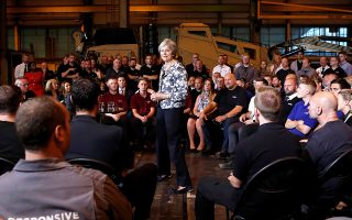 Η Βρετανίδα πρωθυπουργός Τερέζα Μέι απαντά σε ερωτήσεις πολιτών στο Νιούκαστλ.