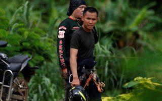 Διασώστες επιχειρούν αυτή την ώρα για την απεγκλωβισμό των υπόλοιπων αγοριών από το σπήλαιο. Από χθες έχουν απομακρυνθεί 4 παιδιά.