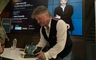 Ο Τζον Κόνολι στη Στέγη του Ιδρύματος Ωνάση, υπογράφοντας βιβλία του στους Ελληνες αναγνώστες.