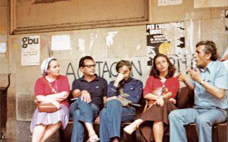 1979. Ρένα και Νίκος Κάσδαγλης, Βασίλης Βασιλικός, Μάρω Δούκα, Αλέξανδρος Κοτζιάς στη Βαρκελώνη, προσκεκλημένοι Καταλανών συγγραφέων στους οποίους είχαν συμπαρασταθεί όταν το '71 είχαν κλειστεί στο αββαείο του Μονσεράτ διαμαρτυρόμενοι κατά του Φράνκο.